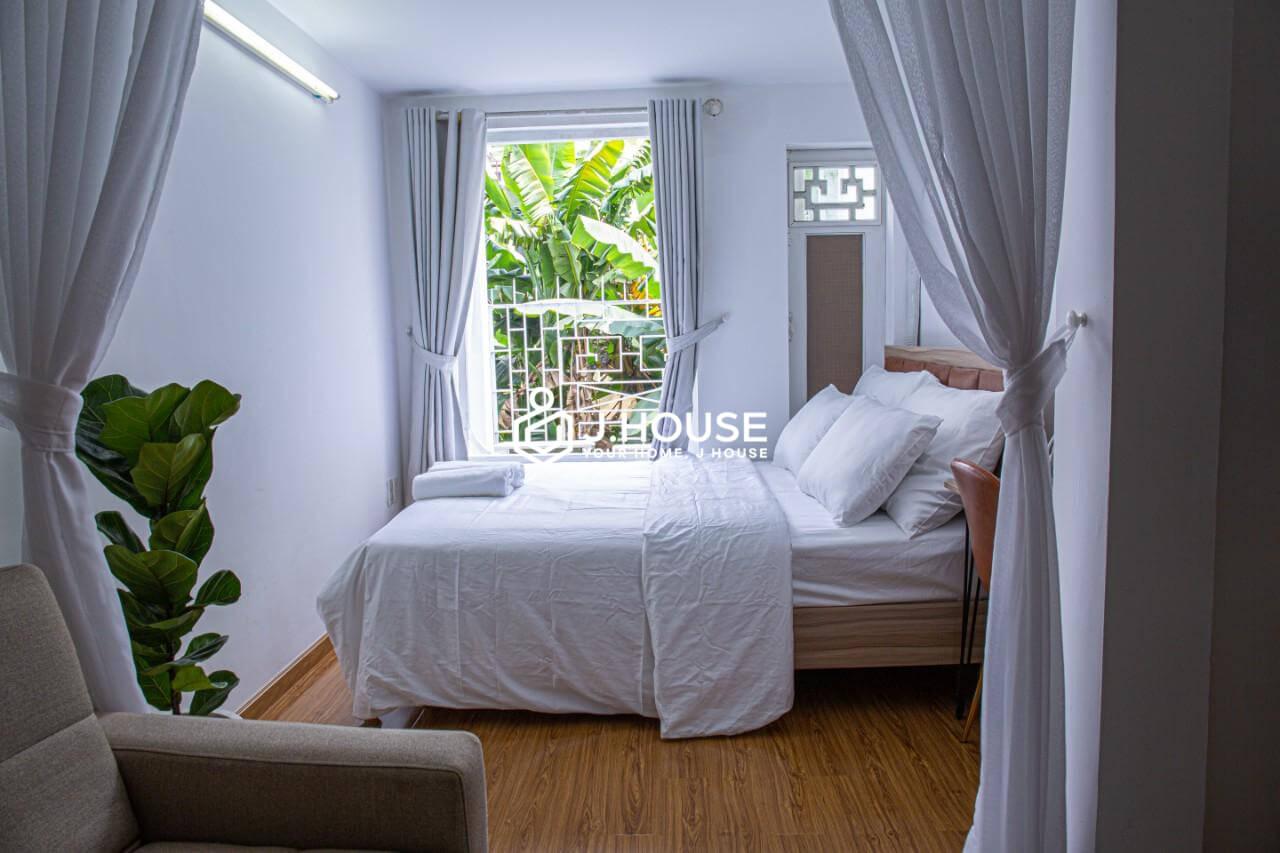 Modern 1 bedroom, big window, bathtub, really comfortable