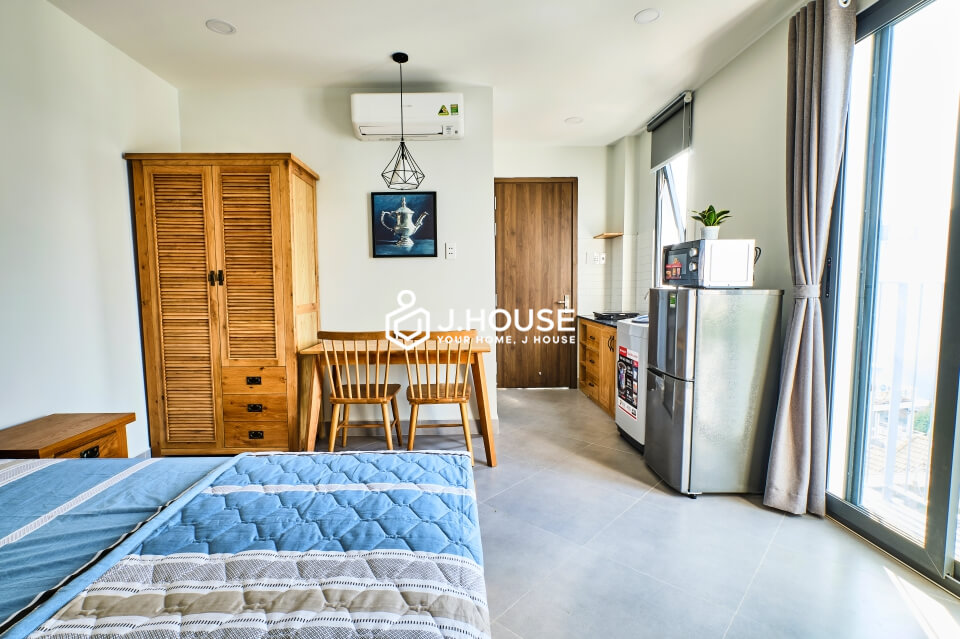 Cosy studio apartment with balcony in Phu Nhuan District