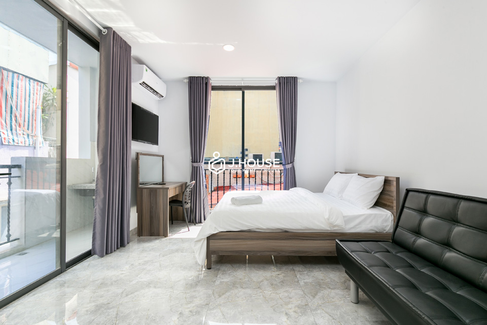 Cozy studio with balcony, natural light, fully furnished